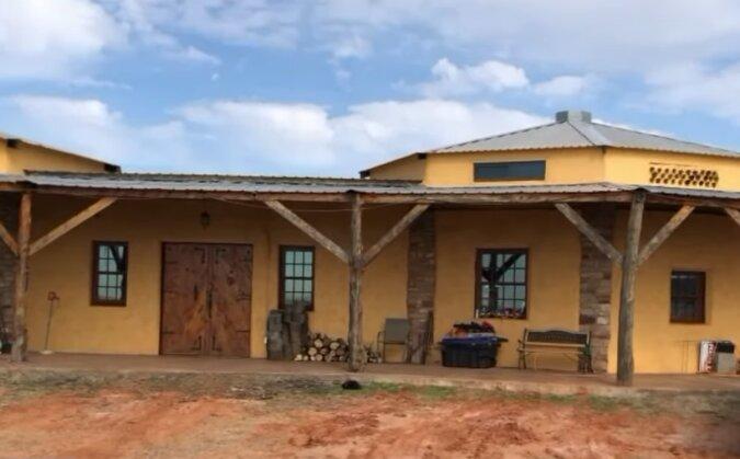 """""""Jetzt habe ich keine Schulden"""": Ein Mann hat einen Stall zu seinem Traumhaus umgebaut"""