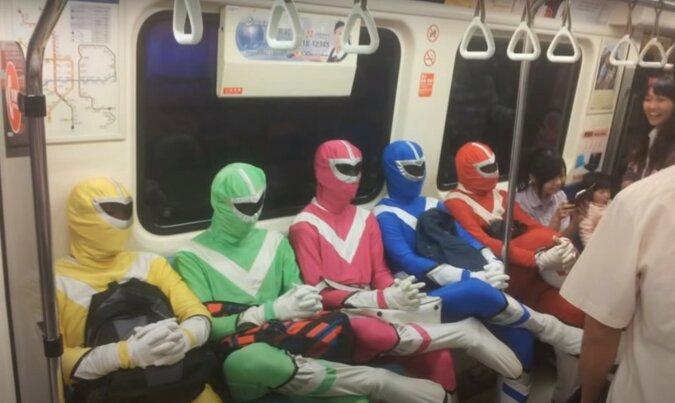 Fahrgäste des öffentlichen Verkehrs. Quelle: lemurov.net