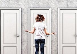 Eine Frau und Türen. Quelle: pinterest