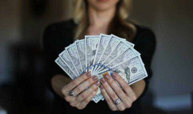 Eine Frau mit dem Geld. Quelle: womanhit
