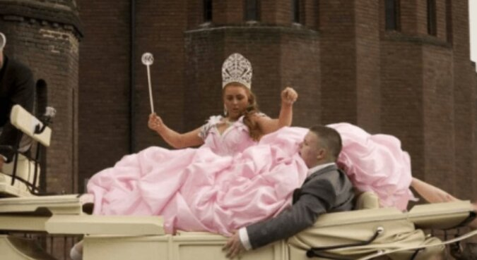 """""""Feiern im großen Stil"""": Bräute, die kreativ bei der Auswahl eines Hochzeitskleides sind"""