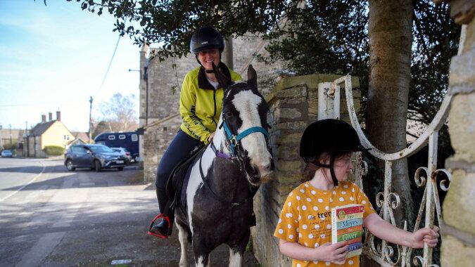 Ein Pony liefert Bücher. Quelle: esquire