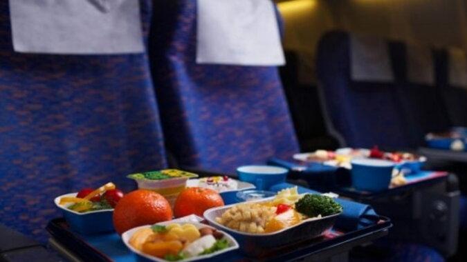 Essen im Flugzeug. Quelle: travelask