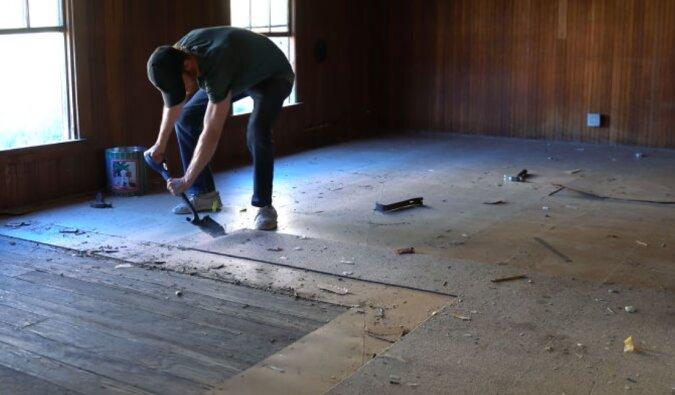 Beim Umzug fiel ein Mann neun Meter durch den Boden und entdeckte plötzlich ein fieses Geheimnis des Hauses, das in 1843 gebaut wurde