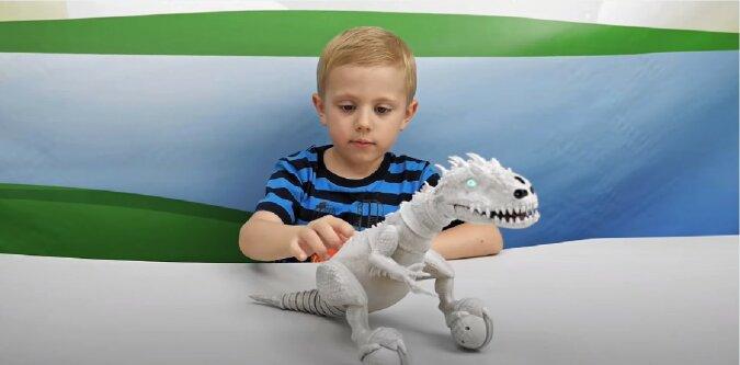 Kind mit Spielzeug. Quelle: Screenshot YouTube