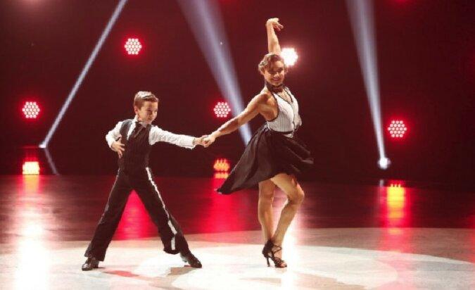 Der kleine Junge tanzte mit einer erwachsenen Tänzerin und erfüllte seinen Traum