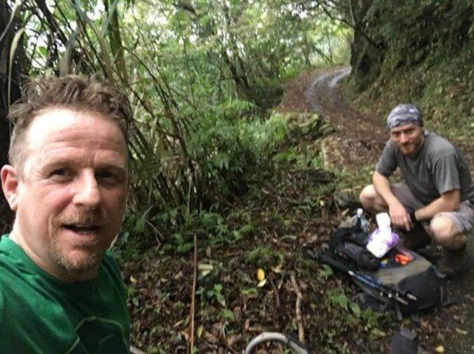 Der Mann wagte es, in die Berge zu gehen, um einen verletzten Hund zu retten