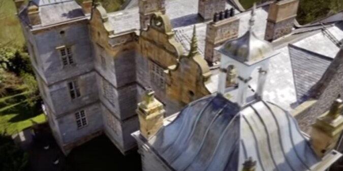 Luxusvilla mit antiken Möbeln. Quelle: Screenshot YouTube