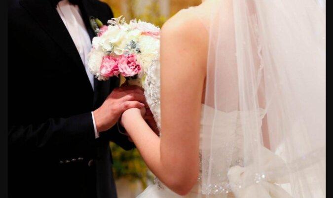 Eine Krankenschwester hat bereits 24 Male denselben Mann geheiratet, es werden noch 26 weitere Male folgen: sie hat dafür einen Grund
