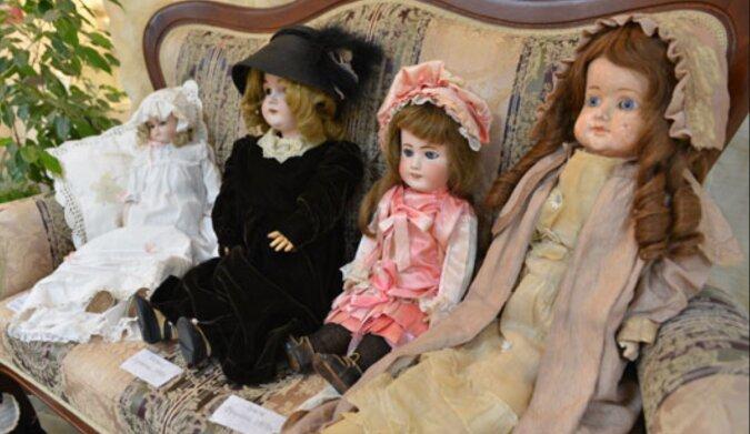Junge Frau warf eine alte Puppe aus dem neunzehnten Jahrhundert aus ihrem Haus: aber nach einer Weile schaute sie in ihr Fenster