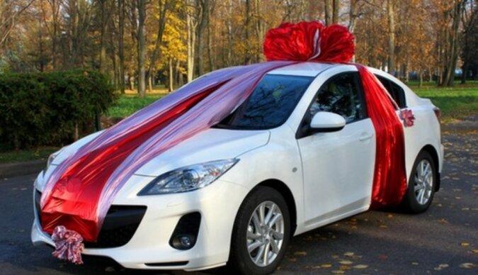 Der Mann gewann ein Auto über das soziale Netzwerk und beschloss, es dem Waisenhaus zu schenken