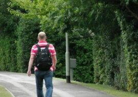Der Mann geht zu Fuß. Quelle: travelask