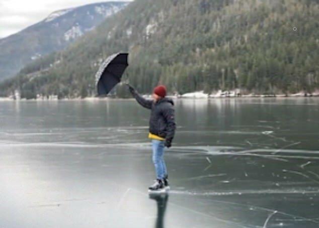 """""""Mary Poppins Stil"""": Ein Mann beschloss, mit einem Regenschirm auf Eis zu fahren"""