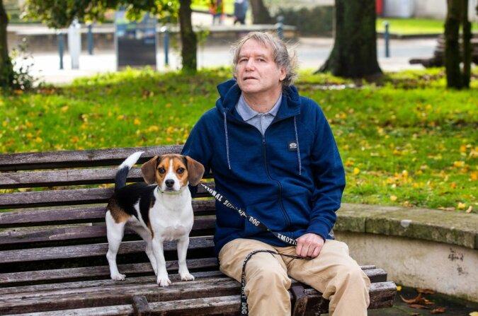 Der Mann verlor fast sein Zuhause aufgrund des Verbots der Tierhaltung, obwohl ihm ein Arzt empfahl, sich Tiere anzuschaffen