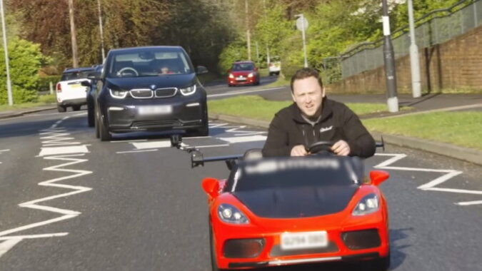Der Mann im Auto. Quelle: wi-fi.com