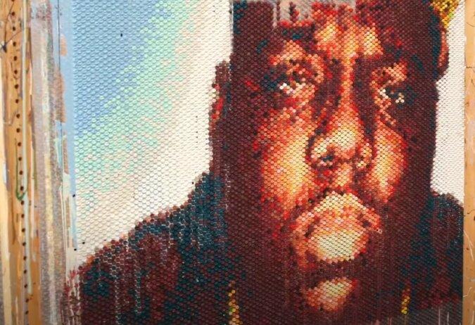 Moderne Maltechnik: Der Künstler schafft Porträts, indem er Farbe in Luftpolsterfolie spritzt
