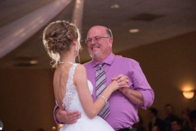 Die mutige Frau besiegte schwere Probleme und tanzte auf der Hochzeit mit ihrem Spender