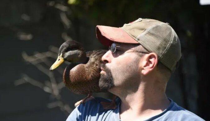 Der Mann und seine Ente. Quelle: instagram