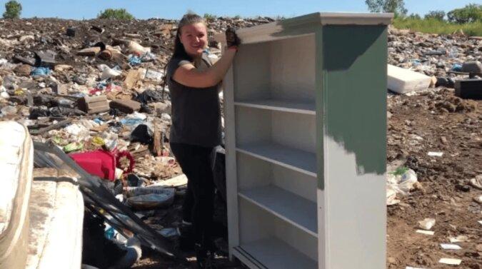 Die Mutter fand auf der Müllhalde schöne Möbel, mit denen sie das Kinderzimmer einrichtete