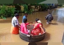 Ein Paar in Indien schwimm zum Ort der Hochzeit. Quelle: focus.com