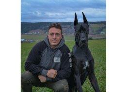 """""""Der dunkle Ritter"""": Die Dogge sieht Batman so ähnlich aus, dass jeder ein Foto mit ihr machen will"""