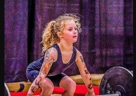 """""""Das stärkste Kind der Welt"""". siebenjähriges Mädchen hebt achtzig Kilogramm"""