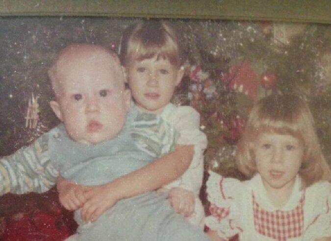 Übergroßes Kleinkind: Die junge Frau zeigte die Kindheitsbilder ihres Bruders
