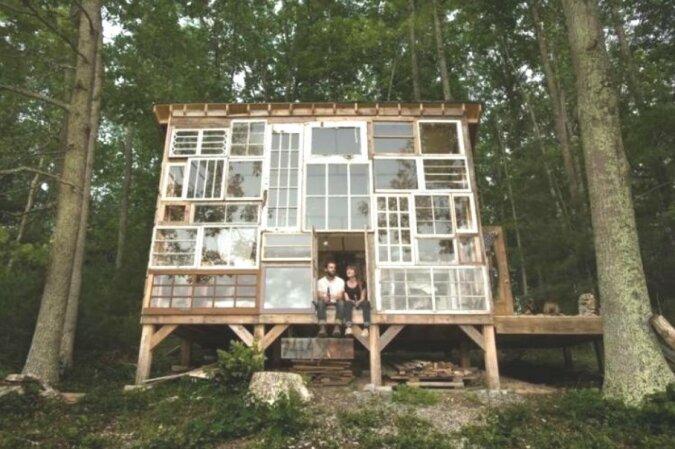 """""""Trautes Heim"""": Ein Paar baute  in der Wildnis ein Haus aus Fensterrahmen"""