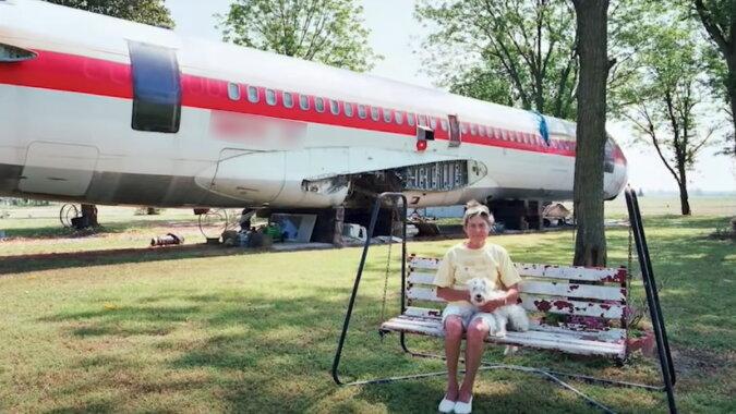 Die Frau und das Flugzeug. Quelle: Screenshot YouTube