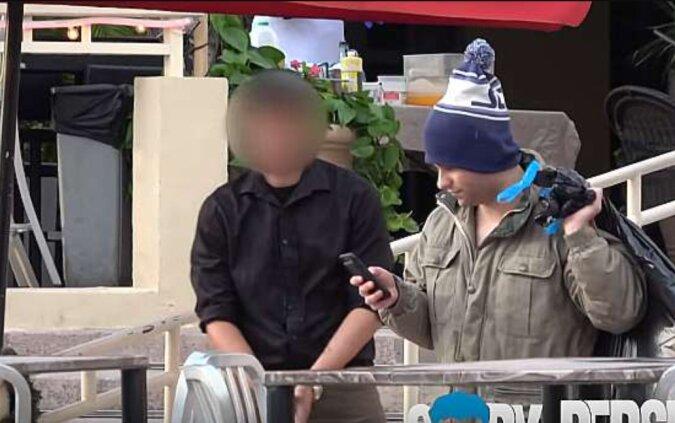 Soziales Experiment: ein Millionär, der sich als Obdachloser verkleidet hat, um zu sehen, ob er in ein teures Restaurant eingelassen wird
