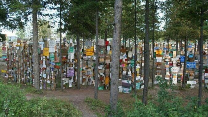 Der Wald mit Tausenden Zeigern. Quelle: travelask