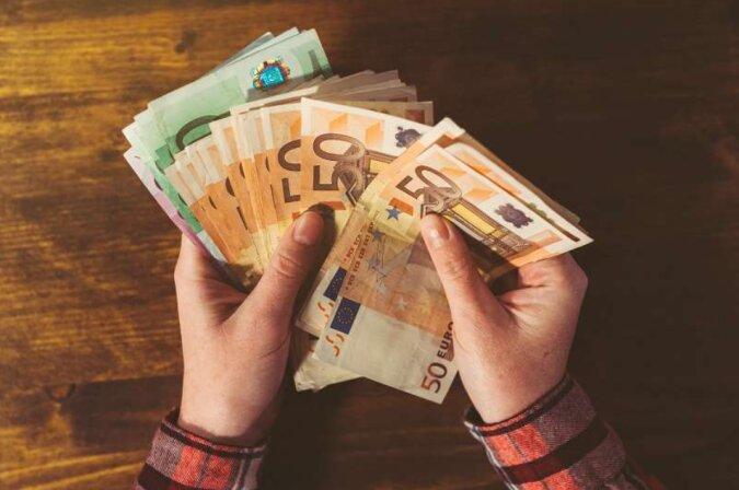 Der Taxifahrer wartete acht Stunden lang neben dem Haus der Passagierin, um ihr den Geldbeutel zurückzugeben