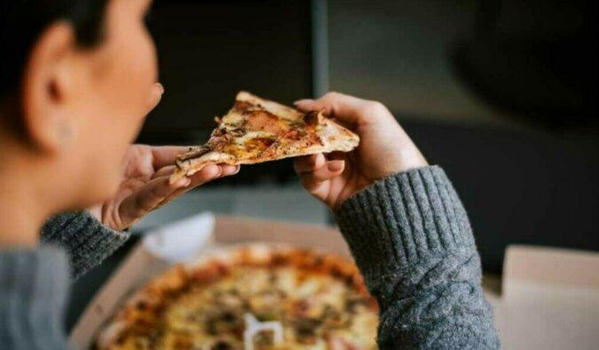 Eine Frau isst Pizza. Quelle: travelask