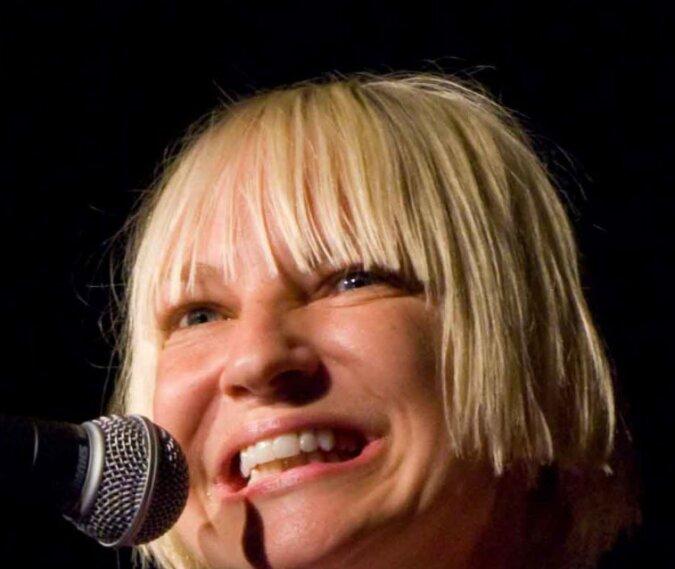 """""""Weihnachtsbaumkostüm"""": Sängerin Sia überraschte Fans erneut mit einem extravaganten Outfit"""