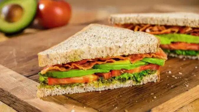 Ein angehender Unternehmer: die Frau bereitete Sandwiches für ihren Ehemann zu und er begann, sie heimlich zu verkaufen