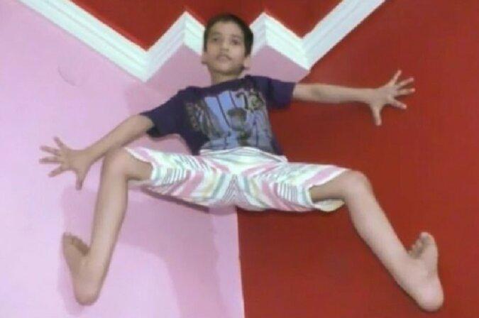 """Indien hat seinen eigenen """"Spiderman"""": Ein 7-jähriger Junge klettert mit bloßen Händen und Füßen über die Wände"""