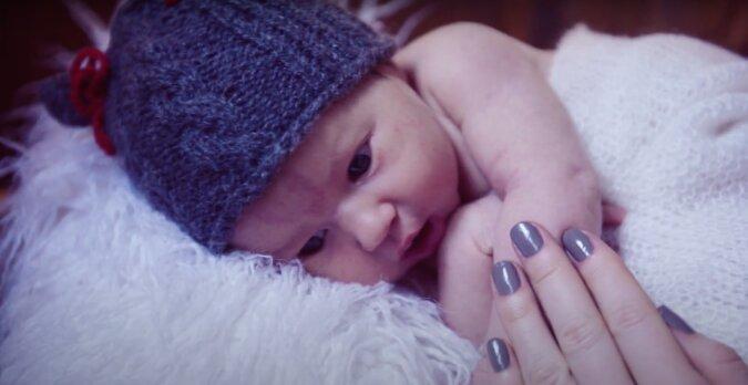 Der Junge wurde ohne Augen geboren, seine Mutter verließ ihn: aber er wird Weihnachten mit seiner Familie verbringen