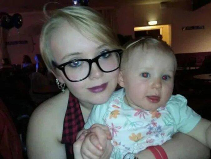Eine junge Frau, die mit 13 Jahren schwanger wurde, ging mit ihrer zweijährigen Tochter zum Abschlussball