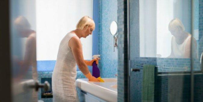 Eine Frau reinigt das Haus. Quelle: pinterest