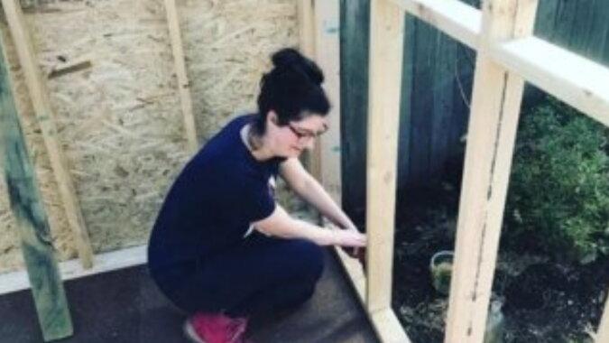Die Frau baute ein Haus. Quelle: nubenews.com
