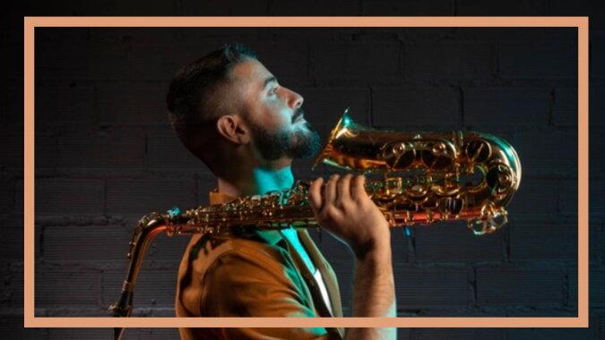 Ein Mann mit dem Saxophon. Quelle: freepik.com