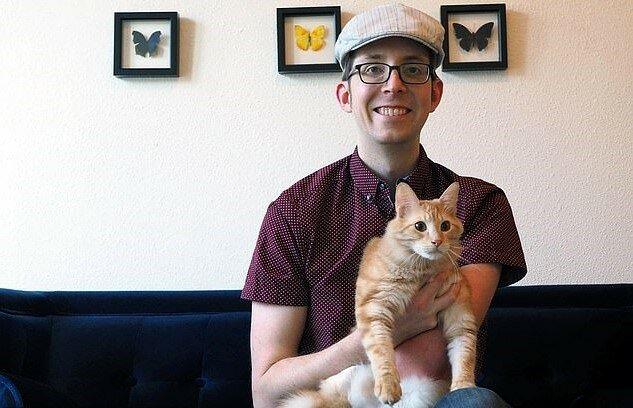 """""""Das Geheimnis wird gelüftet"""": Der Mann stellte eine Videokamera in seinem Schlafzimmer und fand heraus, was seine Katze nachts macht"""