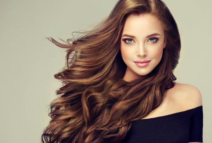 Experten haben erzählt, wie man Haare so gut wie im Schönheitssalon waschen kann