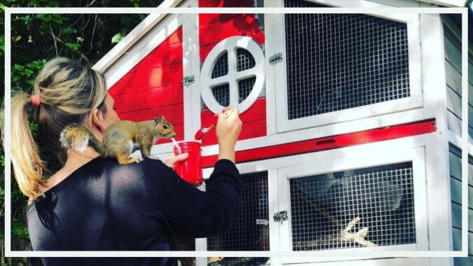 Eine Frau und ein Eichhörnchen. Quelle: twizz.com