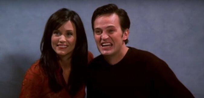 """Monica und Chandler aus """"Friends"""". Quelle: Screenshot YouTube"""