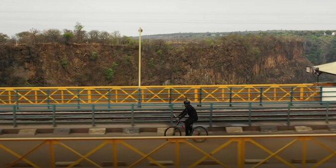Der Fotograf Tavanda Kanhem währed der Reise. Quelle: Screenshot YouTube