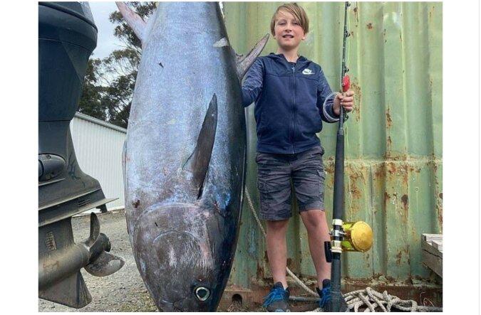 """""""Geborener Fischer"""": Ein 10-jähriger Junge ging mit seinem Vater angeln und fing einen 88-Kilogramm schweren Thunfisch"""